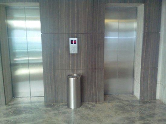 Hotel Suba International : Outside Elevator