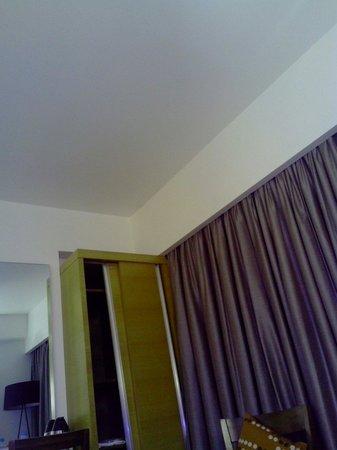 Hotel Suba International : The sliding cupboard in the twin room