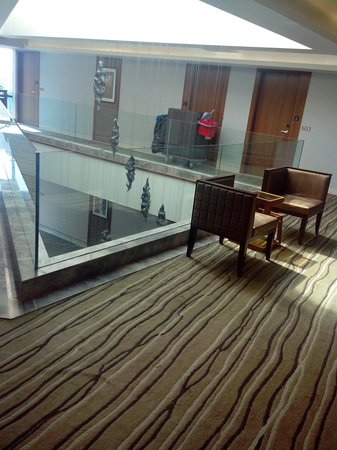 Hotel Suba International: Waiting area outside elevator. It is a nice place!