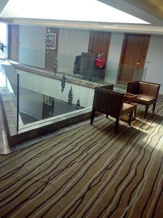 Hotel Suba International : Waiting area outside elevator. It is a nice place!
