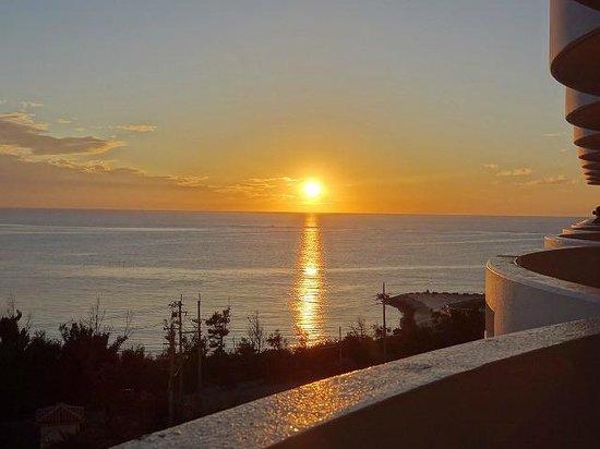 Okinawa Zanpamisaki Royal Hotel : ベランダから見える夕日