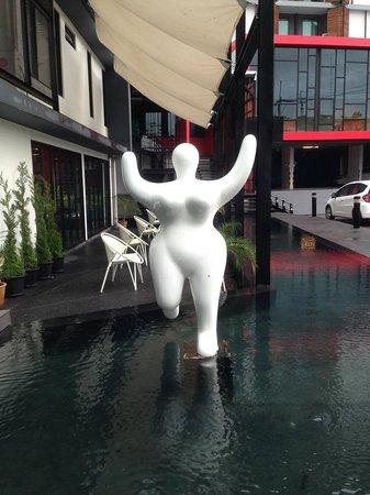 Ibis Styles Chiang Mai: 飯店門口的裝置藝術,相當可愛!