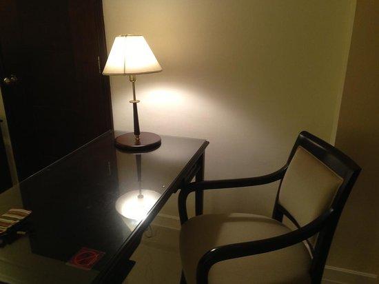Mercure Chiang Mai : 離插座很遠的工作桌!