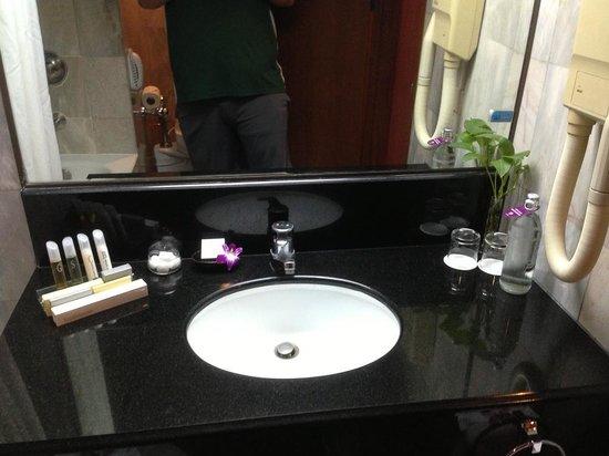 Bangkok Hotel Lotus Sukhumvit: 備品非常足夠,化妝台也很典雅