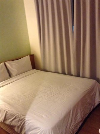 Cititel Express Kota Kinabalu : main part of room-hard for one person to stand next to the bed