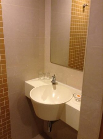 Cititel Express Kota Kinabalu : small sonk space but everything worked-no hand towels though