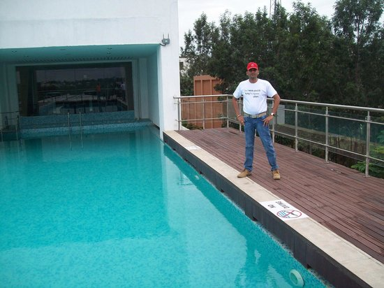 Movenpick Hotel & Spa Bangalore : swimming on back side of hotel