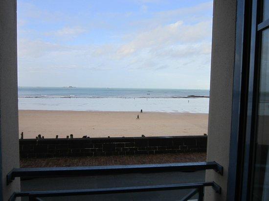 Mercure Saint Malo Front de Mer : Vue sur la plage et la mer