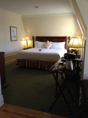 The Fairmont Empress : Superior Suite (view from sitting area/entry way)