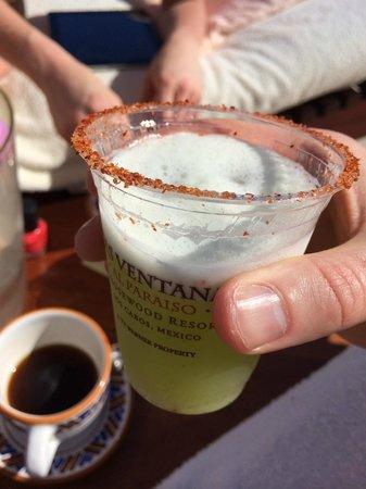 Las Ventanas al Paraiso, A Rosewood Resort: Free margarita handed out poolside
