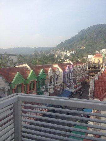 Red Planet Phuket Patong: Вид из окна на маленькую улочку с барами