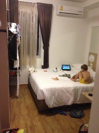 Red Planet Phuket Patong: вот и весь номер. кровать мы сдвинули к стене сами
