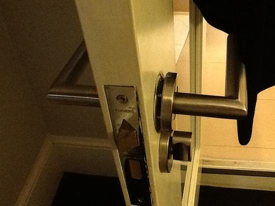 Bloomsbury Palace Hotel: door handle falling off