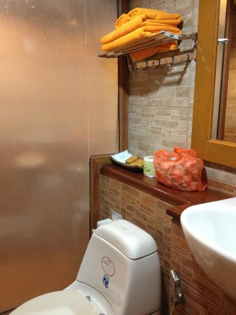 Ko Tao Resort: Bathroom & orange towels