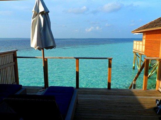 Vilamendhoo Island Resort & Spa : Au réveil les pieds quasiment dans l'eau. Fabuleux!