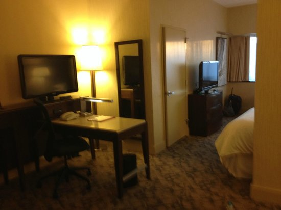 Sheraton Lincoln Harbor Hotel: not a great tv pic but awesome room