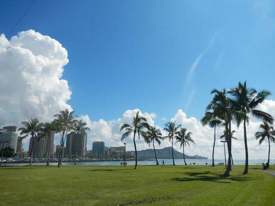 Ala Moana Beach Park : ダイヤモンドヘッドとビル群の風景が秀逸