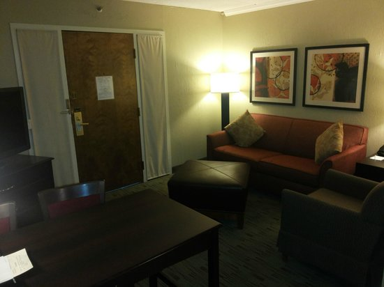 Embassy Suites by Hilton Columbus : Cozy Sitting-cum-Dining Room