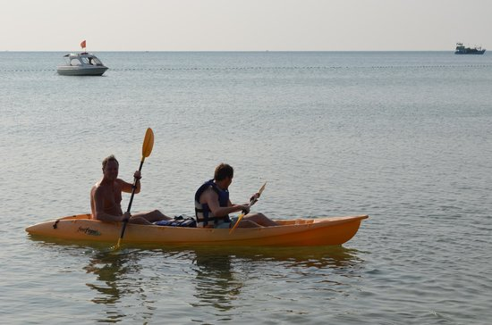 Chen Sea Resort & Spa Phu Quoc : kayaking with son