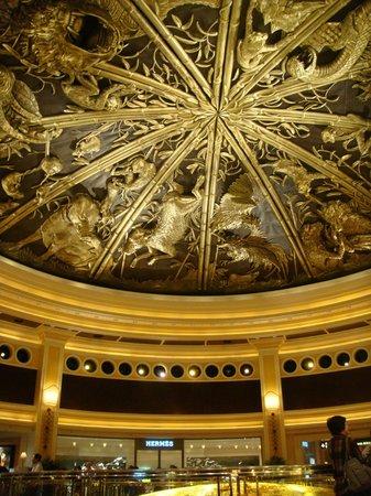 Wynn Macau: потолок в торговых  галереях отеля