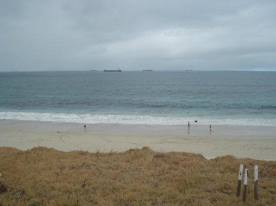 City Beach: Faixa de areia branquinha e larga.