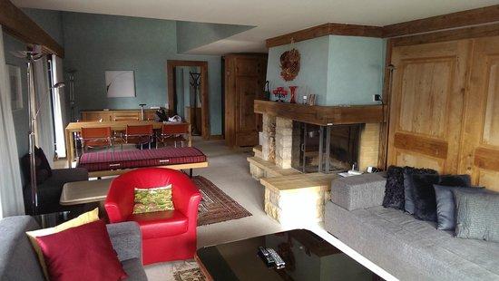Hotel Alpine Lodge Gstaad - Saanen: Cheminée bei Esstisch
