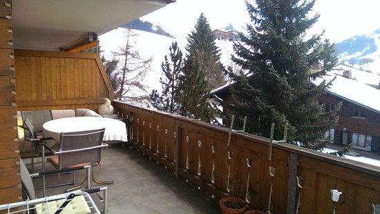 Hotel Alpine Lodge Gstaad - Saanen: Balkon (geht um die Ecke weiter)