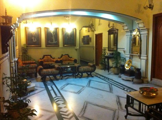 Umaid Bhawan Heritage House Hotel: Common room right next to the reception