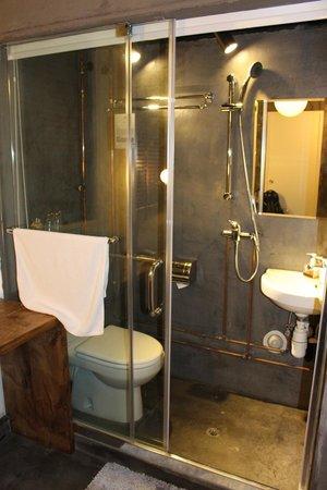 Just Inn: Polished concrete Bathroom