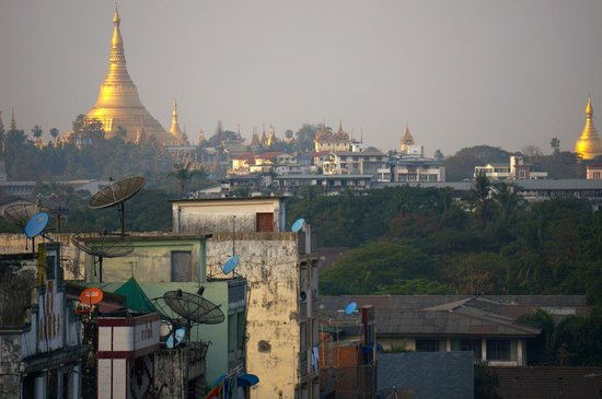 Hotel Grand United (Chinatown): Shewdagon pagoda in the distance