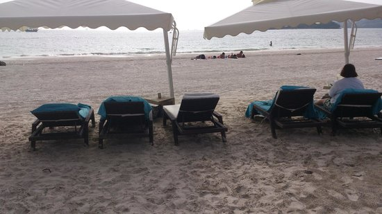 Casa del Mar, Langkawi: A third sun bed under the umbrella is to close for comfort
