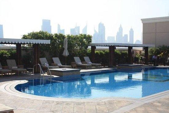 Ramada Jumeirah: Бассейн на крыше отеля