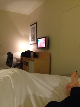 Novotel Melbourne St Kilda : The view of the television from the bed. Great angles!