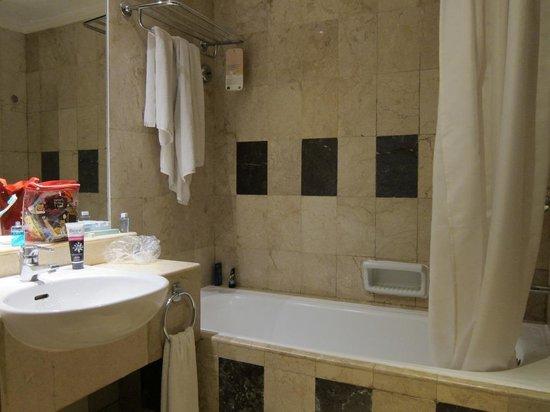 Novotel Yogyakarta : Bathroom