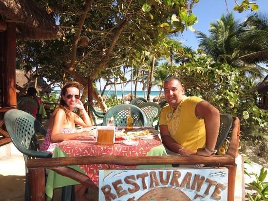 Tita Tulum Hotel Ecologico : el restaurante...y nosotros!!