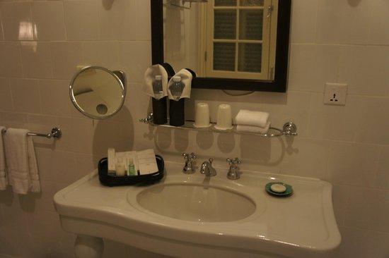 Raffles Hotel Le Royal: main bathroom