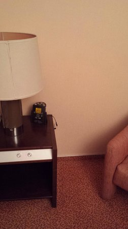 "Hilton Strasbourg : ""Modern"" bedside table and unplugged alarm"