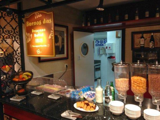 Hotel Ibis Granada: Buffet nutrido