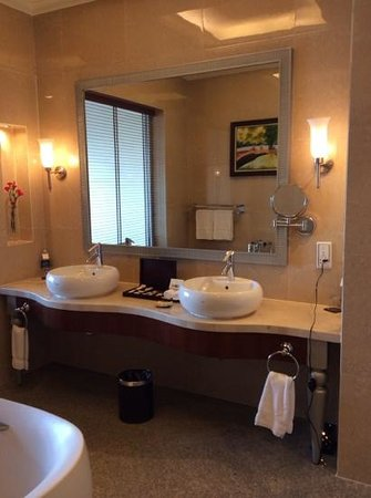 Vinpearl Da Nang Resort & Villas : double sinks in the bathroom