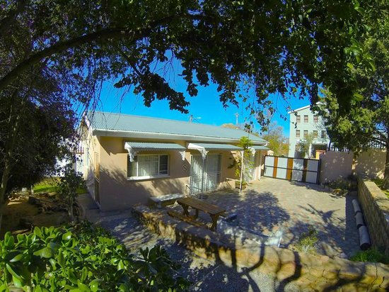 Elkoweru Guest House: Family Self catering unit with private parking and BBQ area