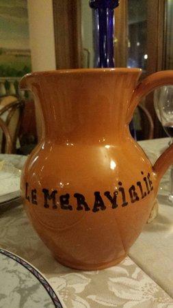 Ristorante Le Meraviglie: Brocca del Vino...  Vino della casa di sufficiente qualità.