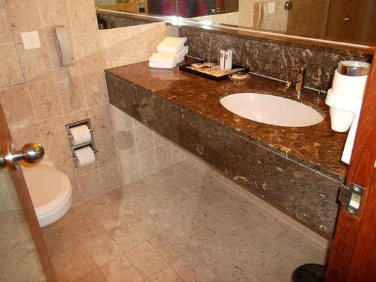 Swissotel The Stamford Singapore: bathroom