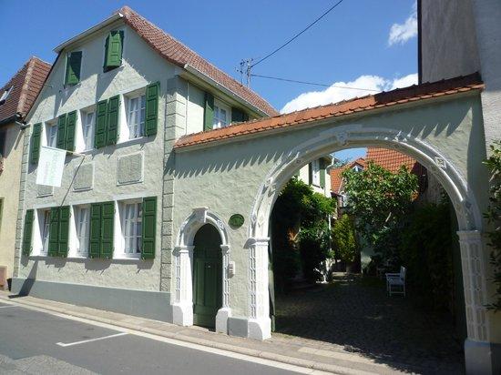 Rebstockel Gastehaus . WeinHof & Vinothek: Rebstöckel Gästehaus . WeinHof & Vinothek - Ansicht Kreuzstraße 11, 67434 Neustadt-Diedesfeld