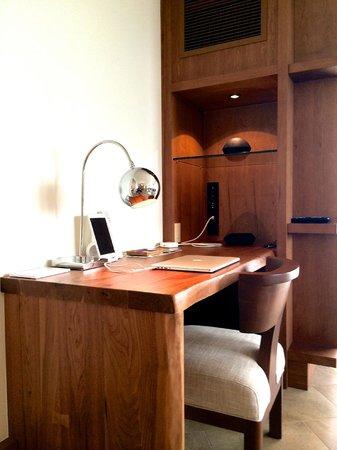 Andaz Maui At Wailea: Andaz suite, desk