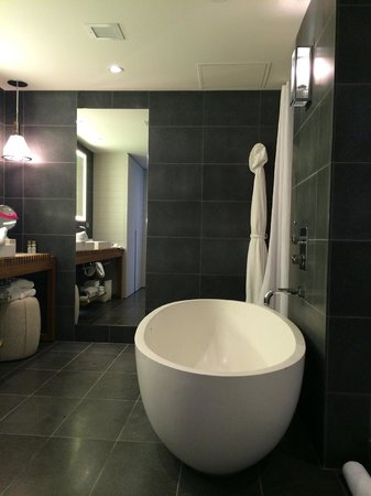 Andaz Maui At Wailea: Andaz suite master bath, egg shaped tub
