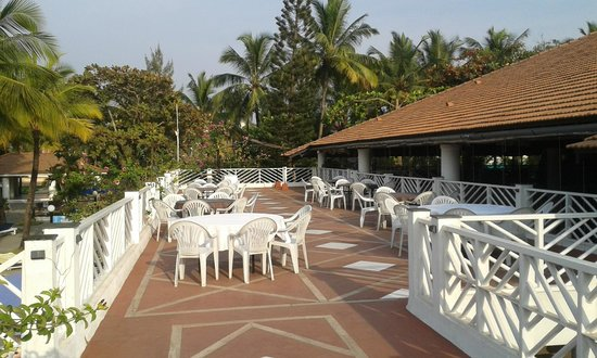 Dona Sylvia Beach Resort: Bar area in evening