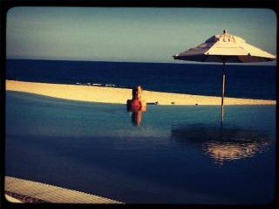 Las Ventanas al Paraiso, A Rosewood Resort: reading in the pool