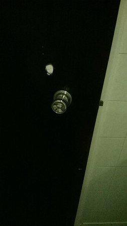 Norfolk Plaza Hotel: Peep-hole?
