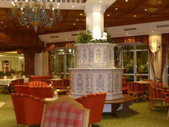 Edelweiss Grossarl: Der schöne Kachelofen in der Lobby