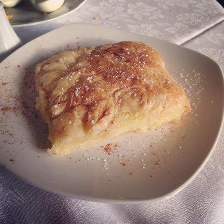 Casa Leone Boutique Hotel: 朝食は食べきれないほど。これはクリームパイ